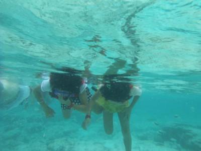 ココパームビーチ 海中の子供達